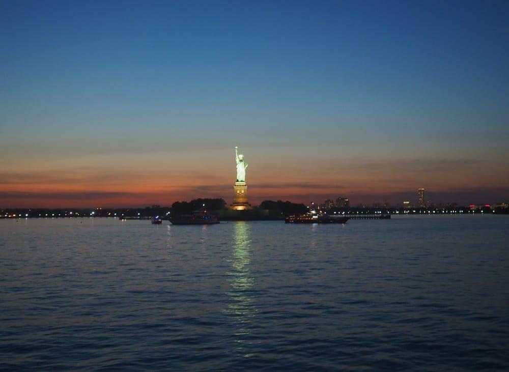 Estatua Libertad de noche