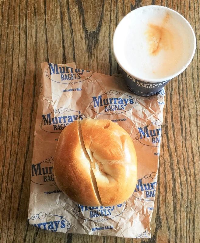 Desayunando un bagel de Murray's Bagels en Nueva York