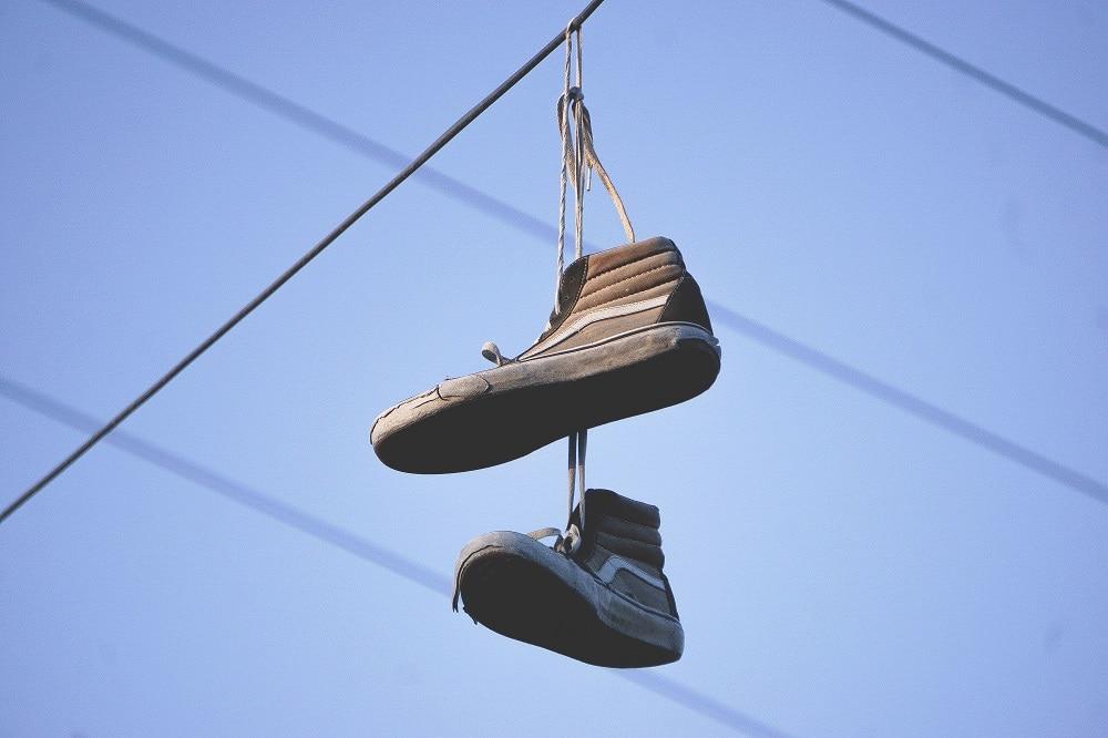 ¿Por qué hay zapatillas colgadas en el Bronx?